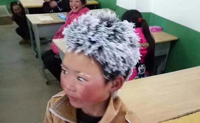 El niño con el pelo congelado que tenía que andar una hora hasta el colegio consigue 15.000 dólares