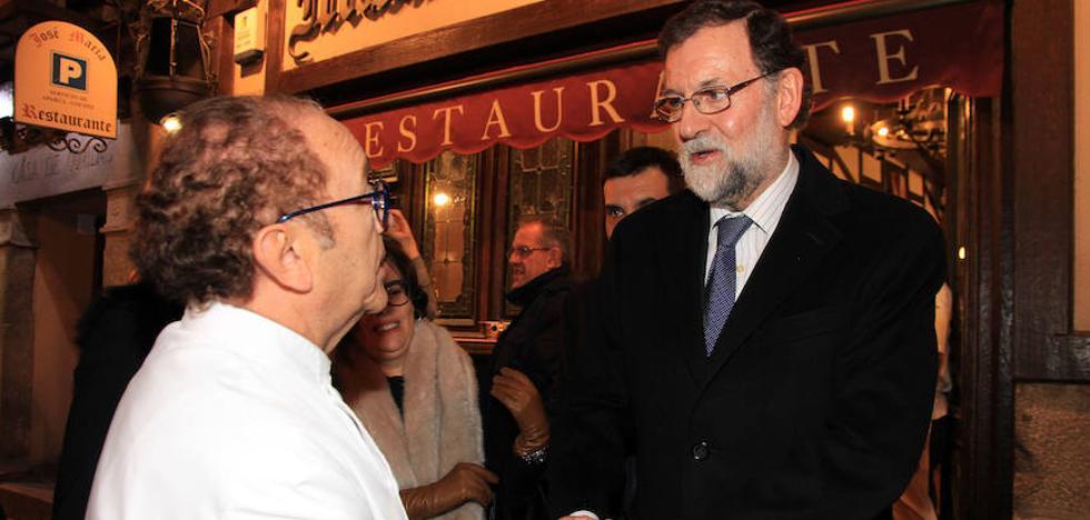 Rajoy y Sáenz de Santamaría degustan el cochinillo segoviano