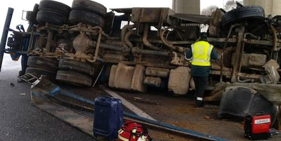 El conductor de un camión resulta herido tras volcar en Osorno
