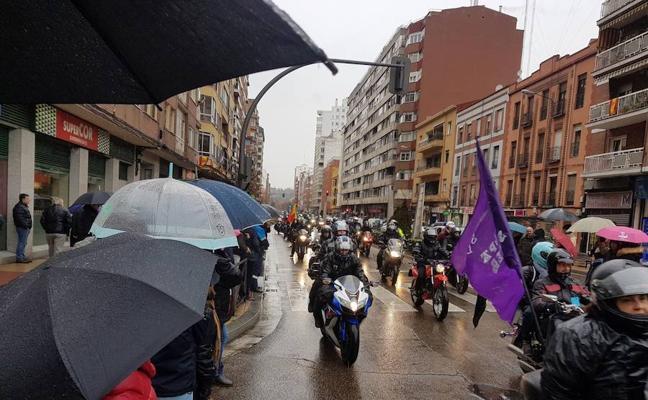 Moteros y espectadores desafían al mal tiempo en un multitudinario desfile de banderas