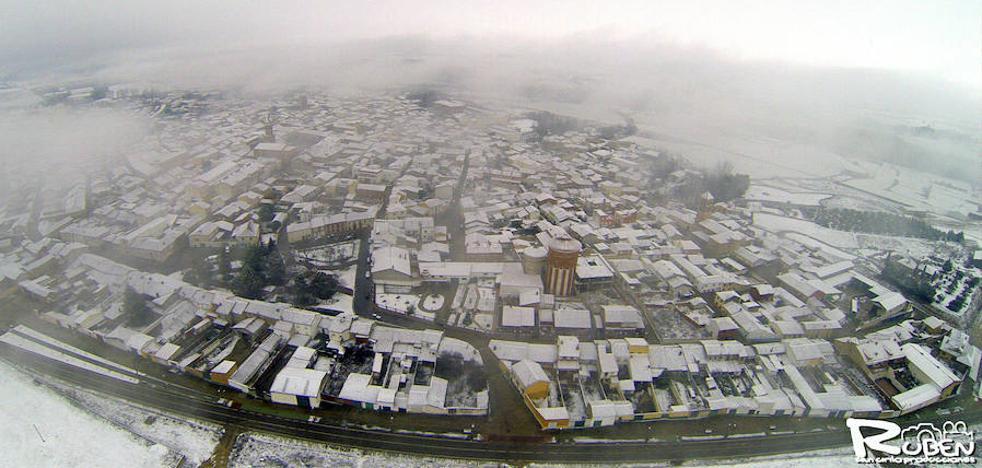 Villalón de Campos y Mayorga se cubren de un manto blanco