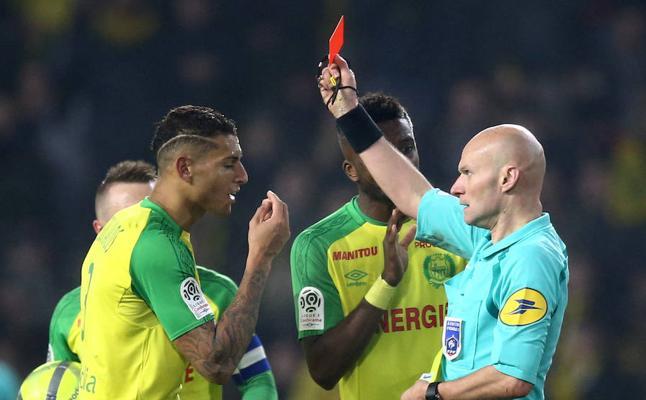 Sancionado el árbitro del Nantes-PSG por derribar y expulsar a un jugador