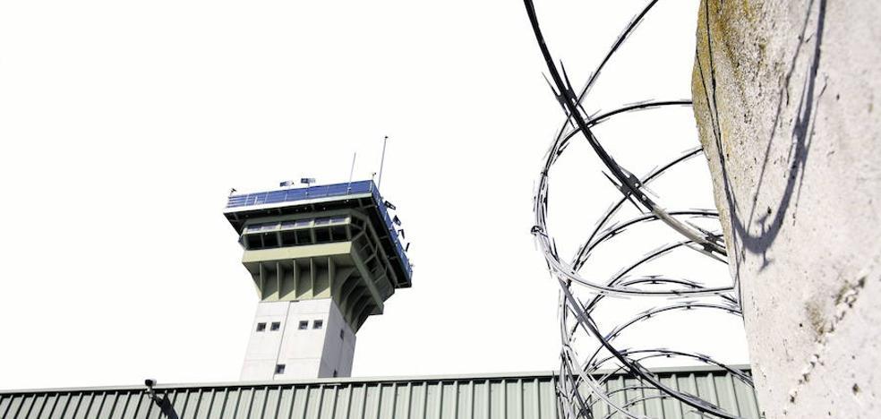 Veinte funcionarios reducen a cuatro presos de Dueñas que rompían el mobiliario