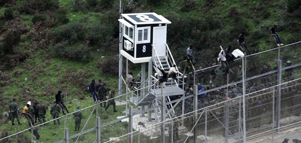Unos 200 inmigrantes intentan saltar a Ceuta y la policía marroquí lo impide