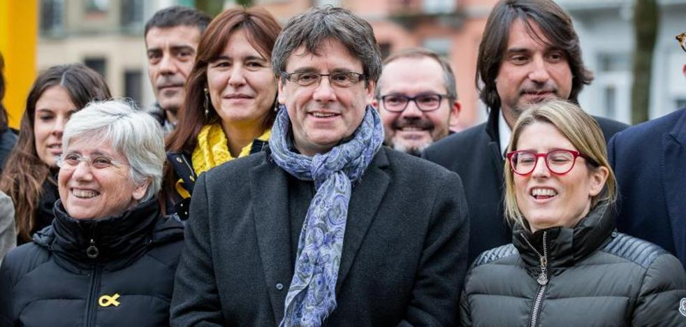 Puigdemont pide a Rajoy que «sea demócrata» y respete la restitución del Parlament
