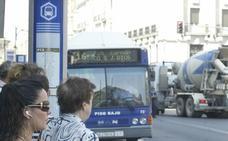 Un usuario de Auvasa recoge firmas para restablecer el recorrido de la línea 16