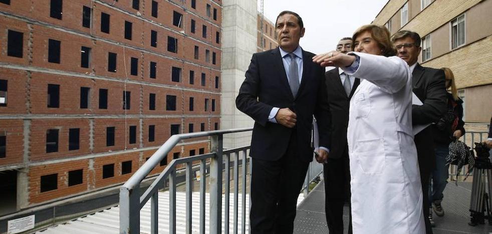 Acusan al consejero de Sanidad de intentar rebajar el nivel del hospital de Salamanca