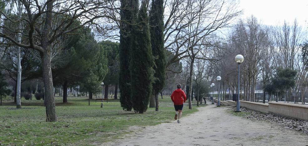 El circuito de 'running' de La Aldehuela en Salamanca 'estrena' su nueva capa de arena