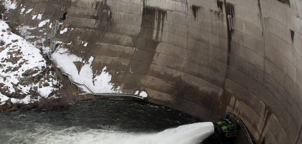 El nivel de agua en el Pontón baja al 70% para prevenir inundaciones