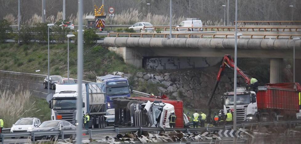 Atasco en la A-67 en la salida de Cantabria hacia Palencia por el vuelco de un camión