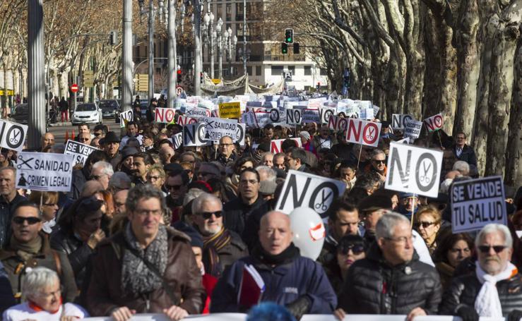 Miles de personas recorren las calles de Valladolid en defensa de la Sanidad de Castilla y León