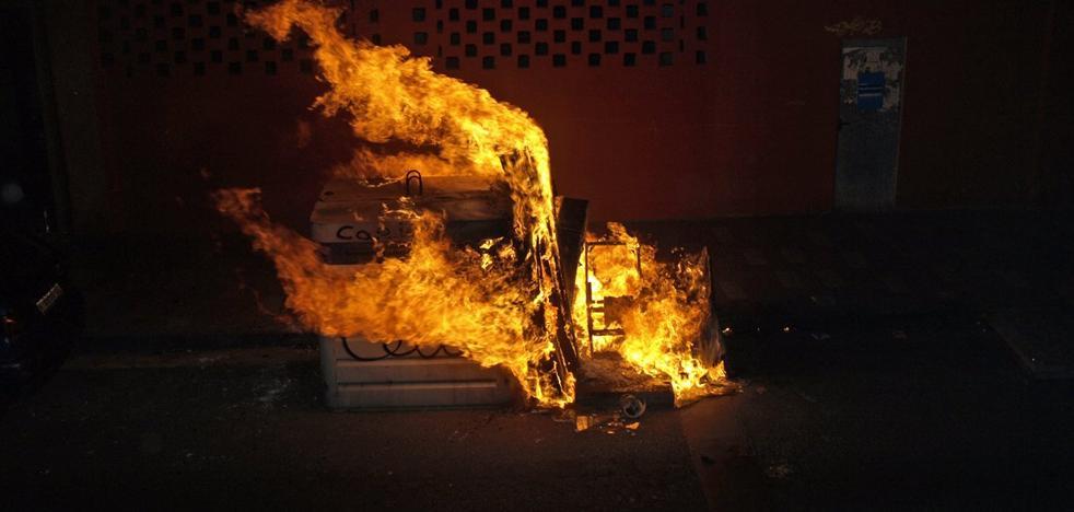 Los bomberos sofocan dos incendios de contenedores en el barrio de las Delicias