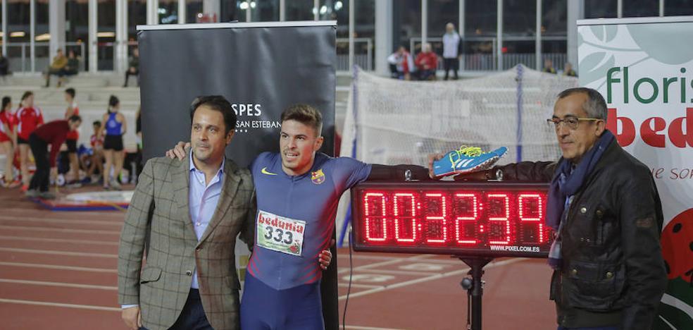 Óscar Husillos pulveriza el récord nacional de 300 en pista cubierta