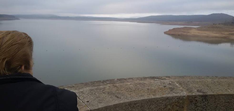 El agua embalsada en el pantano de Aguilar sube tres metros en el último mes