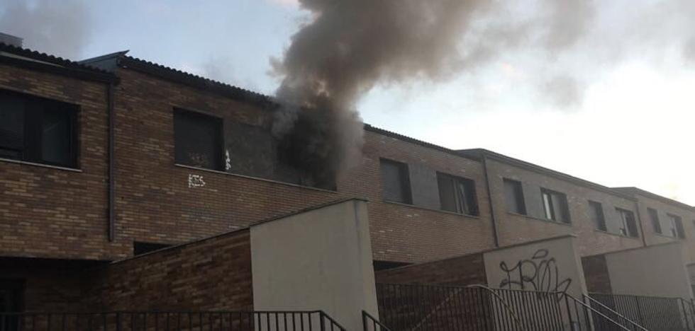 Los bomberos sofocan un incendio en un chalé abandonado en La Flecha