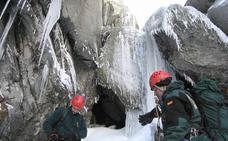 Rescatado un montañero segoviano herido mientras practicaba escalada en hielo en Gredos