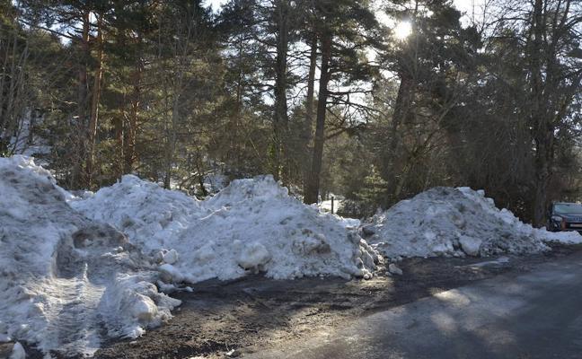 Quejas vecinales en El Espinar por la acumulación de nieve junto a Arroyo Mayor
