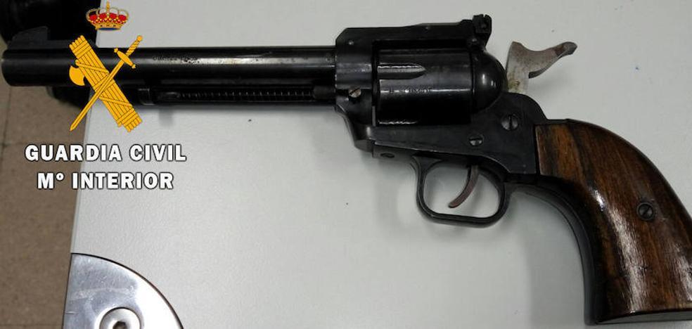 La Guardia Civil se incauta de un revólver en un control de carreteras