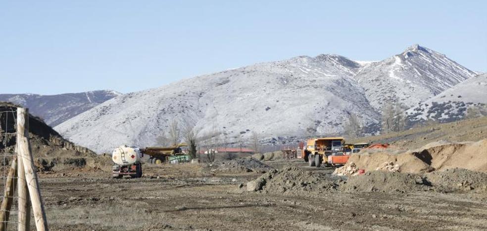 Del Olmo valora la rehabilitación de una mina a cielo abierto como área hostelera y turística en Castrejón