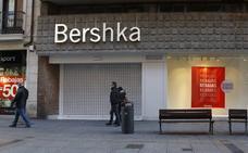 Los empleados de Bershka recaban apoyos contra el cierre de la tienda