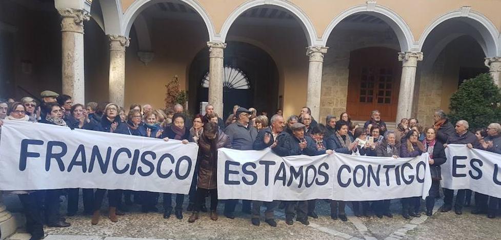 Un centenar de personas se concentran ante el Arzobispado en apoyo al párroco de Villalón