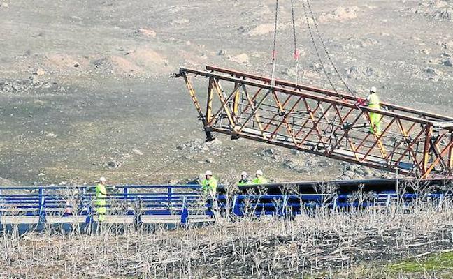 Los operarios proceden al montaje de la cimbra para la construcción del viaducto de la SG-20