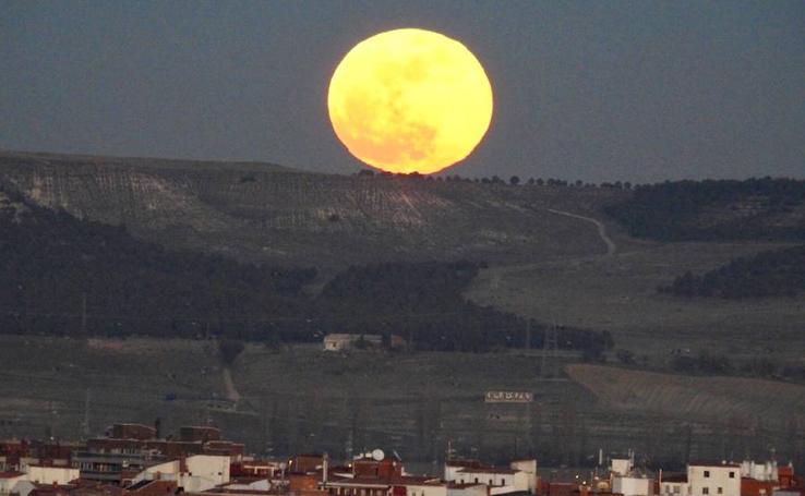 Salida de la superluna en Valladolid