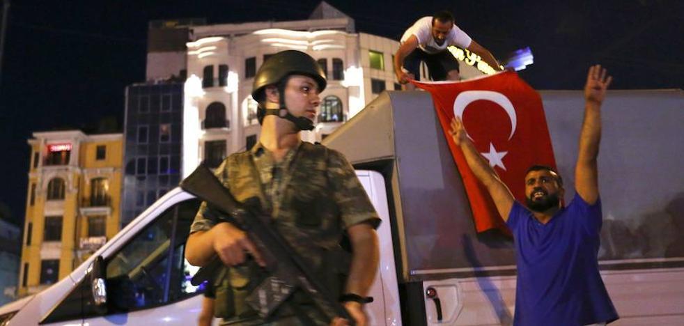 La Fiscalía turca ordena la detención de 120 militares por supuesto golpismo