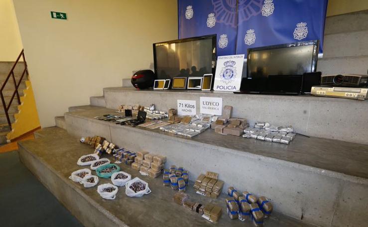 Droga y otros bienes confiscados por la policía en una operación en Salamanca