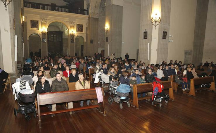 La Patrona Bendice a los niños de Palencia