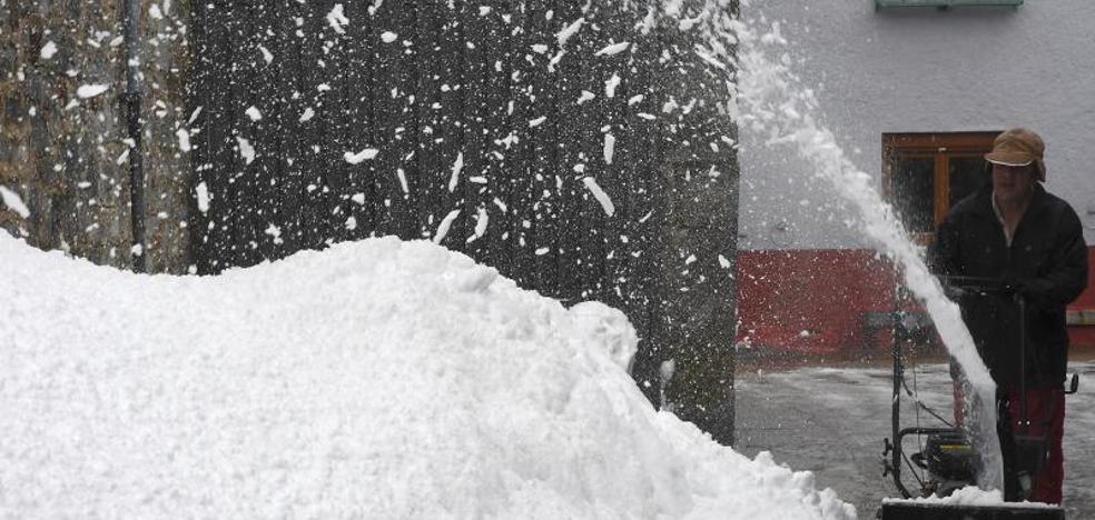 La nieve complica la circulación en ocho vías principales en Ávila, Burgos, León, Segovia, Palencia y Valladolid