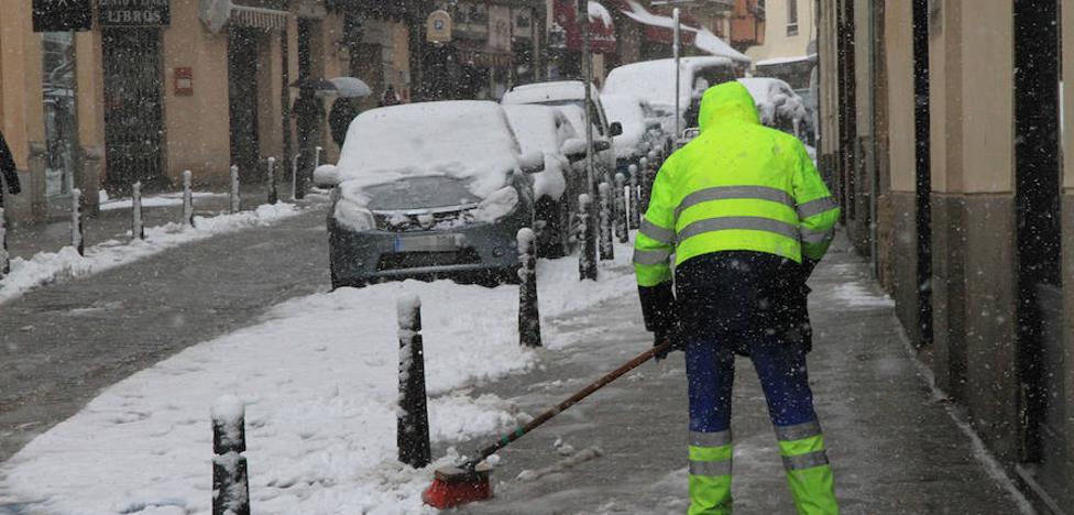 El dispositivo municipal de nevadas mantiene 15 máquinas en las calles