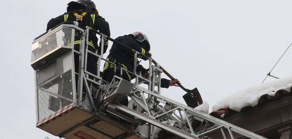 Los bomberos se multiplican para quitar los carámbanos de cornisas