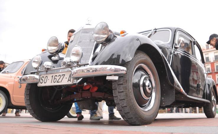 Exposición de coches antiguos en la Plaza Mayor de Valladolid