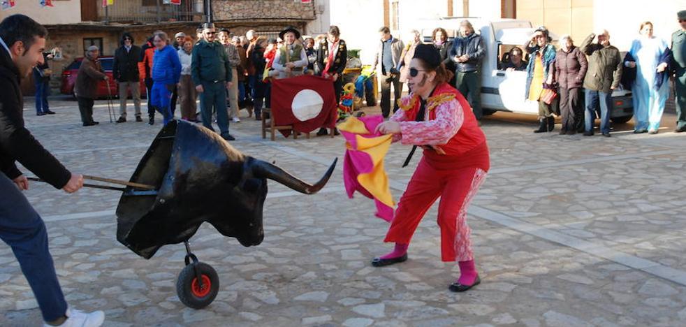 Jóvenes y mayores de Villanueva del Conde dan vida a La Tora por el antruejo
