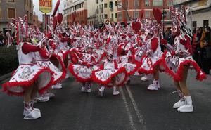 Un multitudinario desfile recorre la arteria principal de Arévalo en la fiesta del Carnaval