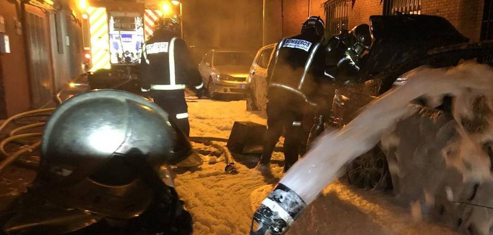Un incendio calcina dos vehículos en la calle Ángel García de Valladolid