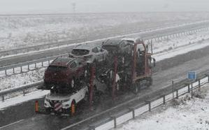 La nieve complica la circulación por la A-67 (Palencia-Santander) con cortes