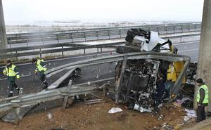Dos heridos al volcar un camión en la autovía del Camino de Santiago en Palencia
