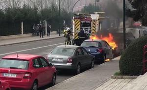 Un coche arde frente a la sede del PSOE regional