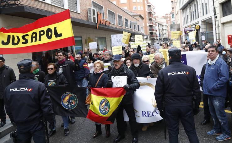Manifestaciones ante la puerta de la Diputación Provincial a la salida de Mariano Rajoy