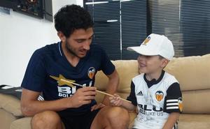Dani Parejo hace feliz al pequeño Juan