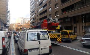 Los bomberos sofocan un incendio en el almacén de una clínica del centro de Valladolid