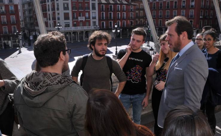 Óscar Puente recibe en el Ayuntamiento a los Erasmus de la UVA