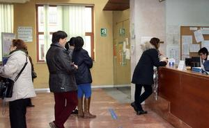 Una médico de familia atiende las consultas de Pediatría en Cuéllar