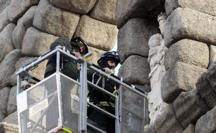 Los bomberos inspeccionan el Acueducto
