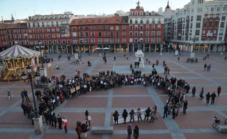 Manifestación en Valladolid en protesta por la actuación policial hacia tres mujeres que pegaban carteles