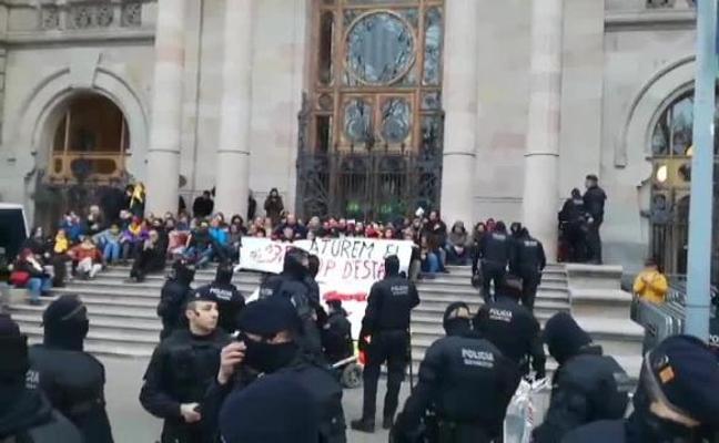 Los Mossos detienen a 12 personas encadenadas en la puerta del TSJC