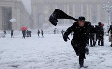 Una intensa nevada colapsa Roma