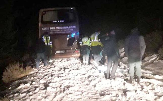 Un autobús con 36 viajeros queda atrapado en La Quesera